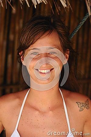 La fille avec le tatouage vert