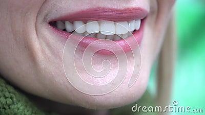 Portrait d'une femme de sourire regardant l'appareil-photo après avoir rendu visite au dentiste banque de vidéos