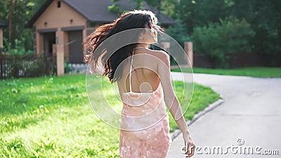 Portrait d'une fille dans la robe de soirée Une jeune femme marche négligemment le long de la rue banque de vidéos