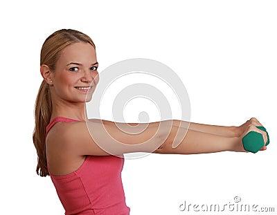 Femme avec des haltères