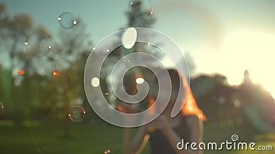 Portrait de belle jeune femme de redhair Bulle de soufflement en parc banque de vidéos
