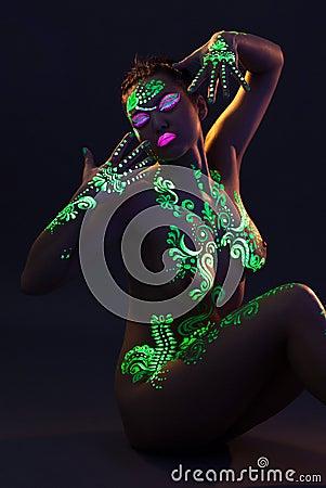 Portrait de femme nue mince avec le maquillage UV