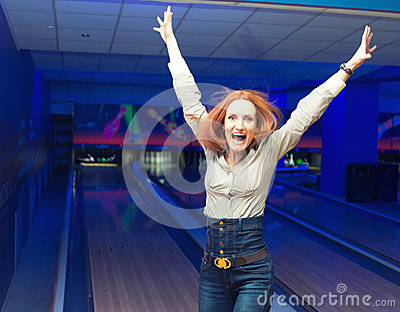 Fille Excited dans un bowling