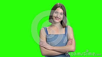 Portrait de jeune femme adorable flirtant, souriant avec des dents clips vidéos