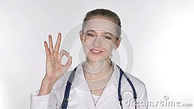 Portrait de jeune femme docteur Gesturing Okay Sign banque de vidéos