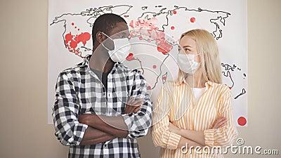 Portrait de la famille multiethnique dans les masques médicaux sur fond de carte du monde la propagation du coronavirus clips vidéos