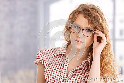Portrait der attraktiven tragenden Gase des jungen Mädchens