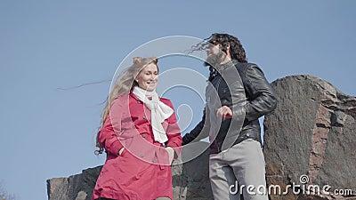 Portrait der blond schönen Frau, die mit ihrem Hippie-Freund im Freien spricht Karrierefreies, junges Ehepaar aus Herbstpark stock footage