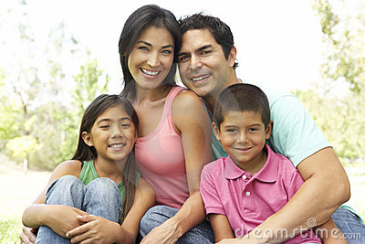 Portrait der jungen Familie im Park
