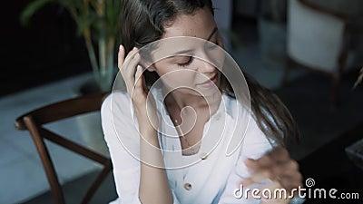 Portrait der schönen Brunette Frau im Café, Blick auf Kamera stock footage