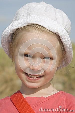 Portrait des freundlichen Mädchens auf dem Strand