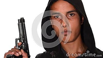 Portrait des jungen Mannes mit Gewehr stock video