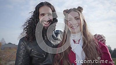 Portrait des lächelnden Hippie-Paares, das auf Kamera schwebt und redet Nahost-junge Menschen und Kaukasier stock video footage