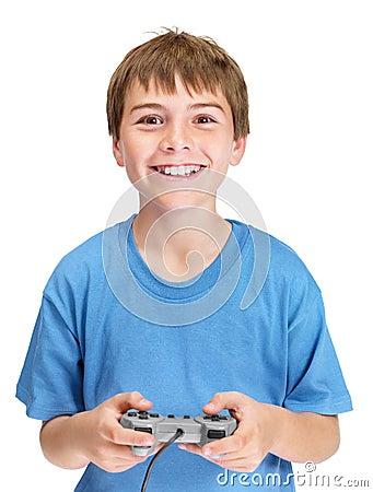 Portrait eines frohen jungen Jungen, der Videospiel spielt