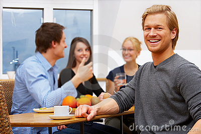 Portrait eines jungen Mannes vor einer Arbeitsgruppe