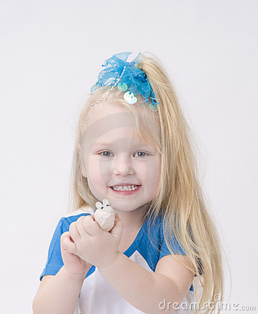 Portrait eines netten Mädchens mit Spielzeugmaus