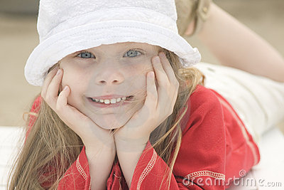 Portrait eines schönen Mädchens im Hut