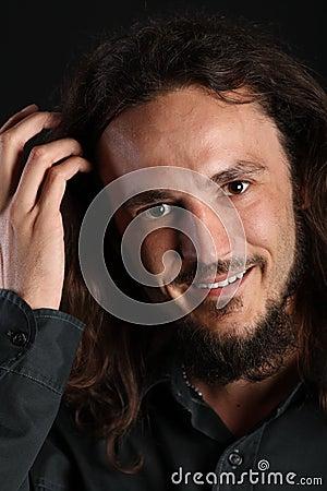 Portrait eines stattlichen Kerls mit toothy Lächeln und h