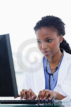 Portrait eines weiblichen Doktors, der einen Computer verwendet