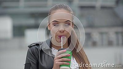 Portrait eines wunderschönen glücklichen Mädchens mit Tasse Cappuccino oder Espresso, die am frühen Morgen stehen und die Kame stock video footage