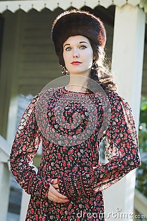 portrait ext rieur de mode de jeune femme dans l 39 habillement m di val russe de style avec le. Black Bedroom Furniture Sets. Home Design Ideas