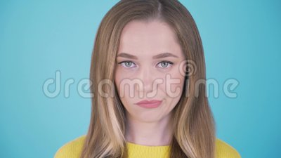 Portrait haut ?troit d'une femme avec un visage f?ch? D'isolement sur le blanc Expressions du visage et ?motions 4K banque de vidéos