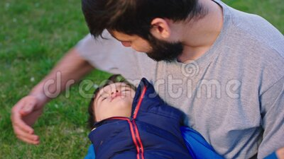 Portrait nähe Spaß Zeit junger Vater spielen mit seinem kleinen Sohn im Garten sie Spaß zusammen fühlen sich glücklich stock footage