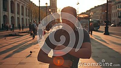Portrait occasionnel de la jeune danse masculine de sourire attrctive sur la rue de ville banque de vidéos
