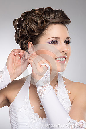 Free Portrait Of A Young Brunette Bride In Makeup Royalty Free Stock Images - 30841819