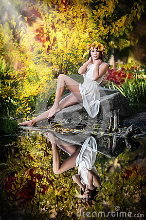 Free Portrait Of Beautiful Girl In The Forest. Girl With Fairy Look In Autumnal Shoot. Girl With Autumnal Make Up And Hair Style Royalty Free Stock Images - 34866909