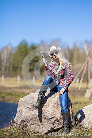 Free Portrait Of Sexy Blond Cowgirl With Gun Outside Royalty Free Stock Photography - 40507037