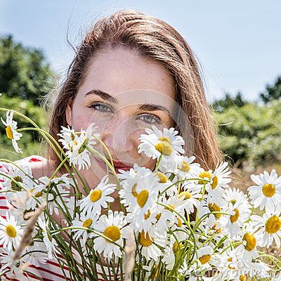 Free Portrait Of Smiling Beautiful Young Woman With Daisy Flower Bouquet Stock Image - 75343661