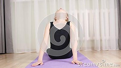 Portrait Teenagermädchen, die Yoga praktizieren Cobra Bhujangasana auf der Heimtrainerausbildung Flexibles Girl Training Yoga asa stock footage