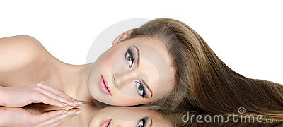 Portrait von schönem jugendlich mit dem langen geraden Haar