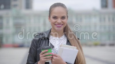 Portrait von verliebtem Selbstbewusstsein glückliches Mädchen mit Tasse Cappuccino oder Espresso stehen am frühen Morgen bei An stock footage
