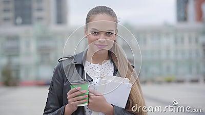 Portrait von ziemlich selbstbewusstsein glückliches Mädchen mit Tasse Cappuccino oder Espresso stehen am frühen Morgen und scha stock video