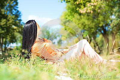 Portrait of an young beautiful young woman on the nature siting
