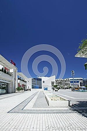 Portraitansicht des erstaunlichen Hauptquadrats in Puerto Banus, Südspanien