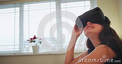 Portret bardzo imponuj?co u?miechni?ta nastolatek dziewczyna u?ywa VR rekonesansowa nowa technologia, ona udzia?y emocja zdjęcie wideo
