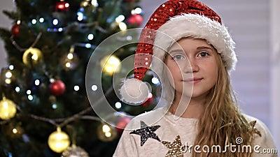 Portret blij tienermeisje glimlachend vrolijke tiener geniet van feestelijke feestvreugde thuis, kerstboom in stock video