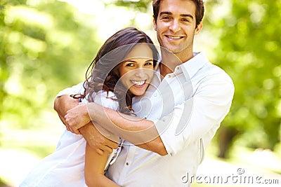 Portret dat van liefdepaar in park omhelst