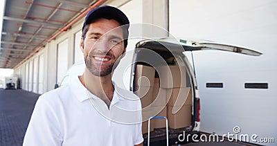 Portret deliveryman zbiory wideo
