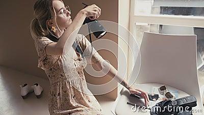 Portret kobieta moda różowa robiąc zdjęcia w studio na różowym tle zwolniony ruch zbiory