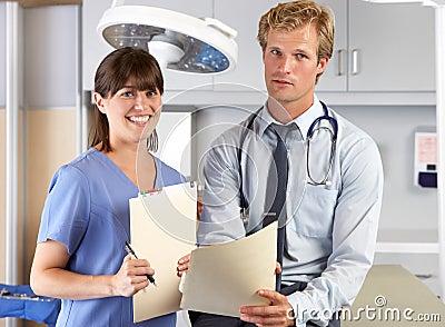 Portret lekarka I pielęgniarka W lekarki biurze