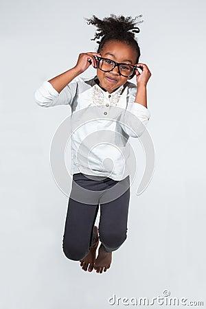 Portret Młody Amerykanin Afrykańskiego Pochodzenia dziewczyny doskakiwanie