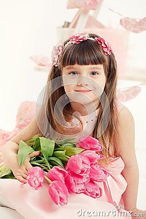 Portret piękna mała dziewczynka z kwiatami