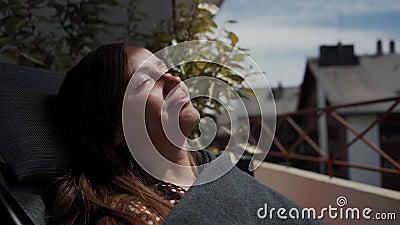 Portret pięknej dziewczyny, która czerpie przyjemność z kąpieli w słońcu, z zamkniętymi oczami Zamknij zdjęcie wideo