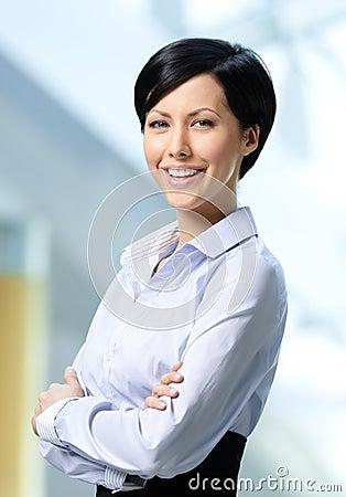 Portret przystojna pomyślna biznesowa kobieta