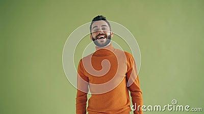 Portret rozochocony młodego człowieka falowanie wręcza mówić cześć patrzeje kamerę zbiory wideo