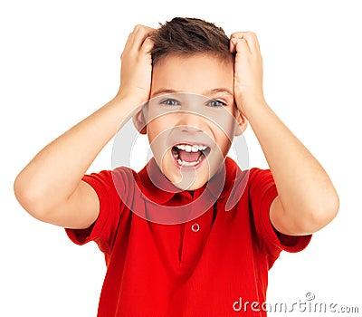 Portret szczęśliwa chłopiec z jaskrawy wyrażeniem
